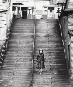F.C. Gundlach, Modereportage für Nino, Hamburger Hafen 1958 © F.C. Gundlach. Aus der Ausstellung AUGEN AUF! - 100 JAHRE LEICA-FOTOGRAFIE