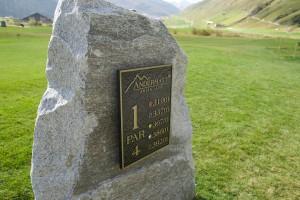 der harte Granit des Gotthard dient als Hinweis auf dem Golfplatz