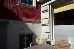 das ist die Fassade des River House Hotels