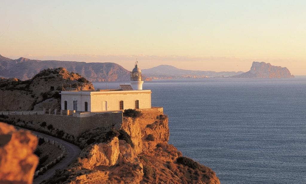Es ist ein Spaziergang von  5 km hin und zurück zum Leuchtturm von Albir.