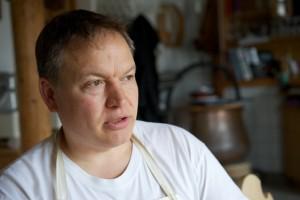 2 Tage in der Woche arbeitet Peter Mair in seiner Käserei in Tschlin.