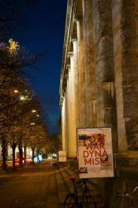 Die Säulen von Haus der Kunst im Abendlicht.