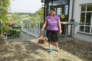 Anja Horn ist mit dem Frühstück unterwegs.