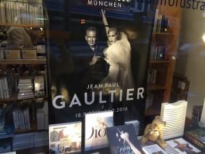 Schaufenster von Literatur Moths zur Ausstellung von Gaultier in der Kunsthalle.