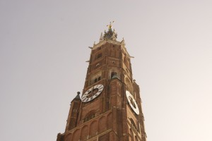 Grandios, wie sich der Turm der Stadtpfarrkirche in den Himmel zieht.