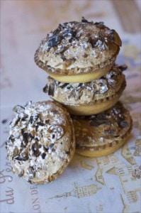 Eine Köstlichkeit aus Megève sind die Megevans, das sind Macarons mit Nüssen und Himbeeren