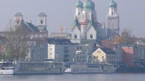 Die Kulisse von Passau im Herbstnebel