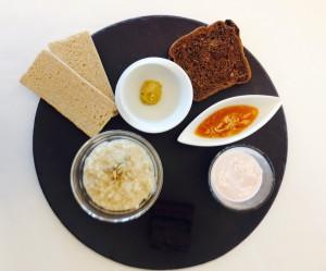 Das Frühstück kann aus Hirsebrei, einem Brownie und Erdbeerjoghurt bestehen.