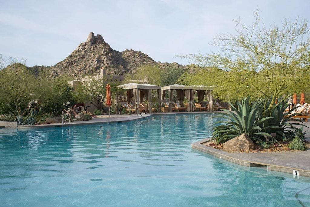 Pool des Four Seasons Resort, im Hintergrund Pinnacle Peak