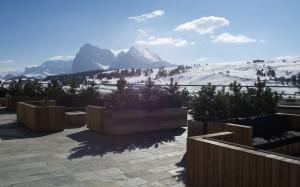 Blick von der Terrasse des Alpina Dolomites auf den Schlern
