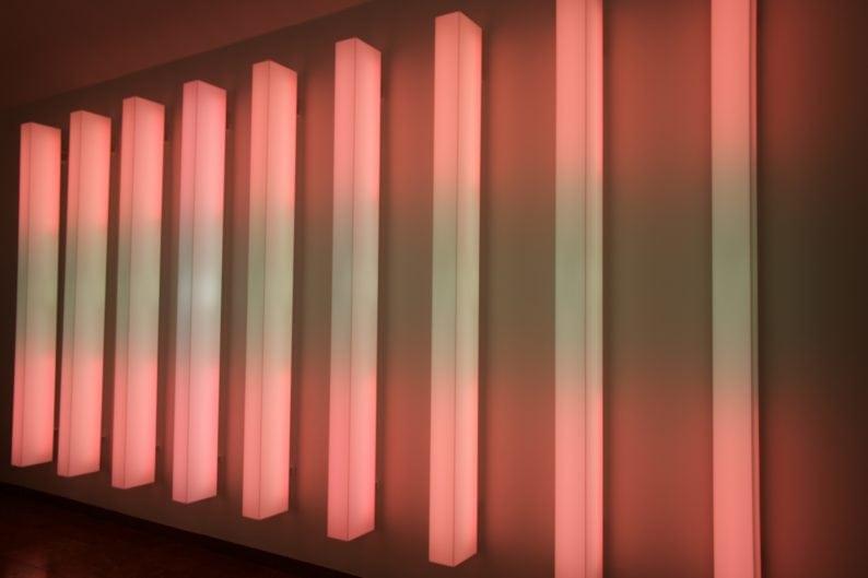 Ständige Installation im Lenbachhaus ist ROTWEINROT von Dietmar Tanterl.