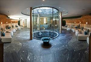 Der Blick reicht in die Quelle Jungbrunnen mitten im Wellness-Breich