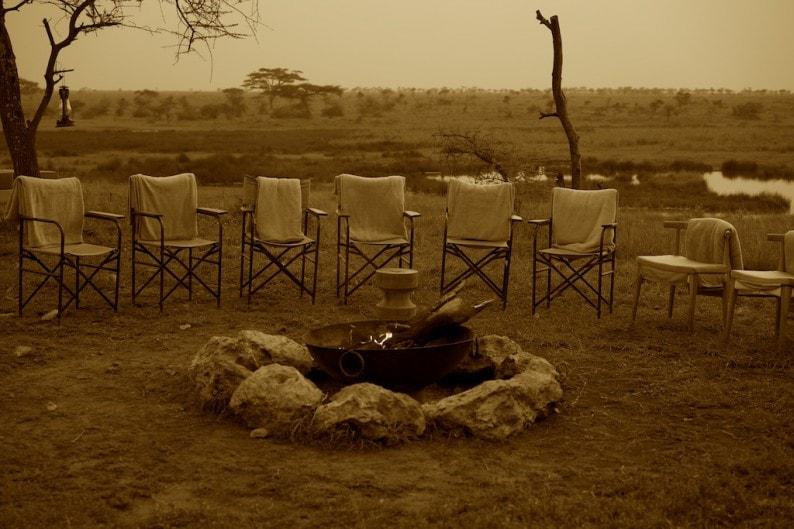 Tanzania - Camp Namiri Plains - Lagerfeuer zum Sundowner