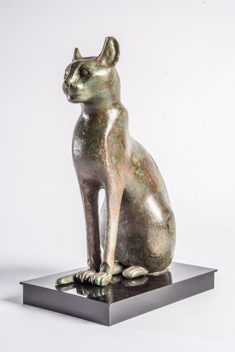 01_Bronzefigur einer Katze