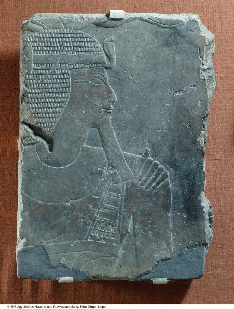 Tempelrelieffragment mit Königsdarstellung