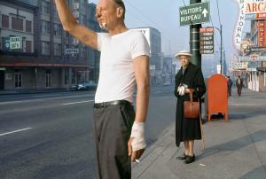 Fred Herzog, Man with Bandage, 1968. Courtesy of Equinox Gallery, Vancouver © Fred Herzog, 2014. Aus der Ausstellung AUGEN AUF! - 100 JAHRE LEICA-FOTOGRAFIE,