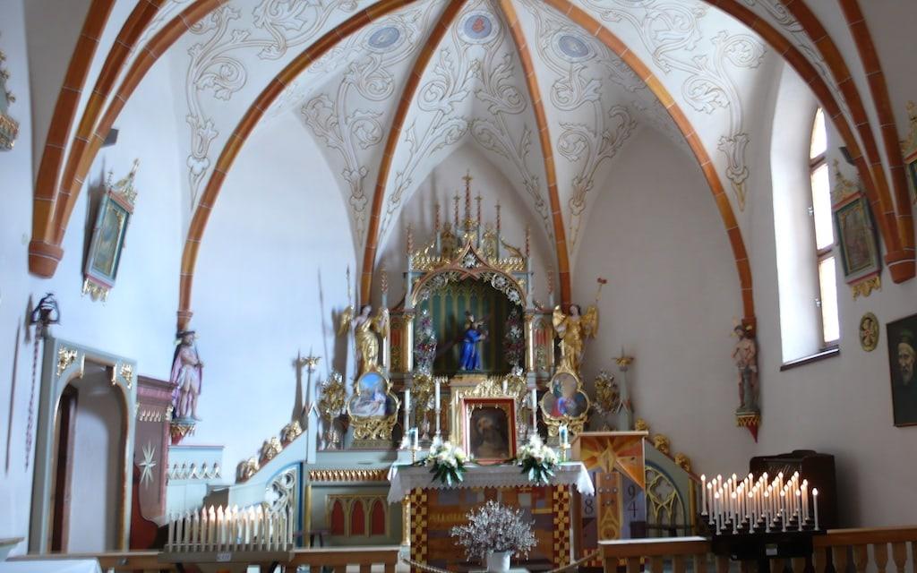 Im Sommer führen viele Prozessionen zur Wallfahrtskirche Heilig Kreuz.