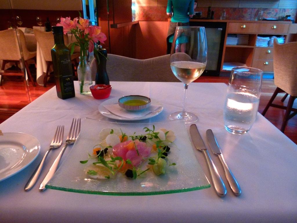 Eine sehr elegante leichte Küche wird im DeBrett Kitchen serviert. Kein Wunder, dass es zu den Top -Restaurants der Stadt gehört.