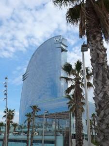 Die Architektur zieht alle Blicke auf sich, knapp 500 Zimmer gibt es im Hotel W.