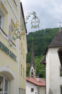 Blick vom Burgeiser Dorfplatz auf die Pfarrkirche Maria Empfängnis