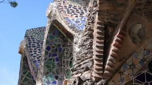 Das Mauerwerk der Krypta Gaudi ist mit Glasbausteinen verziert.