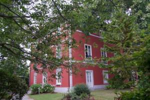 Die Herrenhäuser in Asturien haben mit Vorliebe rote oder gelbe Fassaden.