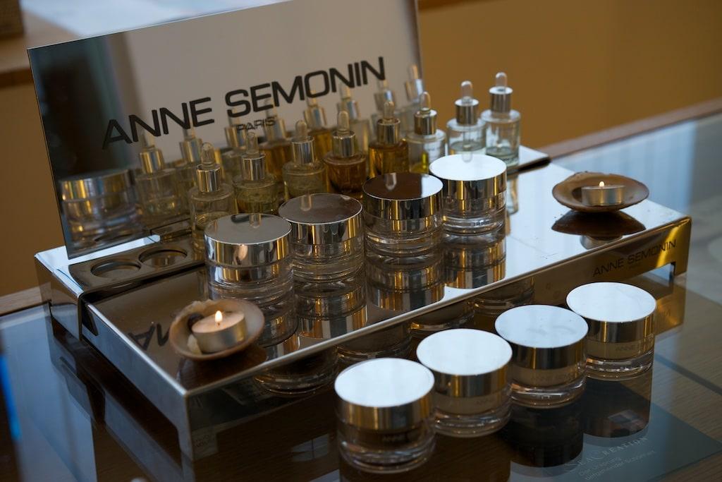 Die Kosmetik von Anne Semonin arbeitet mir Seren, die zu den Cremes zugefügt werden.