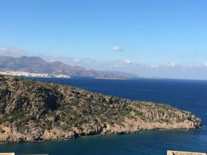 Blick von der Bungalowterrasse auf die Ägäis und die Stadt Agio Nikolaos.