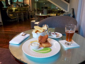 Fish and Ships in der Bar des Dylan Hotels