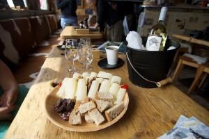 zu den heimischen Spezialitäten gehört der Hobelkäse, dazu einen Wein aus dem Wallis.