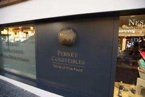 Der schlichte Eingang der Gstaader Institution des   Feinkostladens Perner