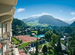 Blick auf Tennisplätze und Pool des Gstaad Palace
