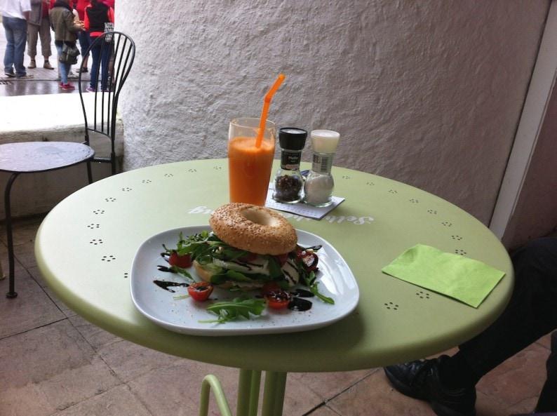 Gstadt - Bagel & Coffee - Bagel Caprese Pesto