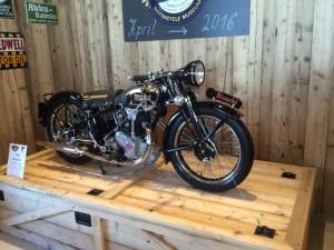 eines der historischen Motorräder im Restaurant, das später im Museum zu sehen sein wird.
