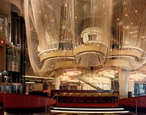 Ein Kronleuchter im Foyer des Hotel Cosmopolitan.