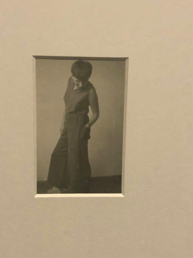Frau in Hosen - Hilde Rainald mit kurzen Haaren und Marlene - Hose