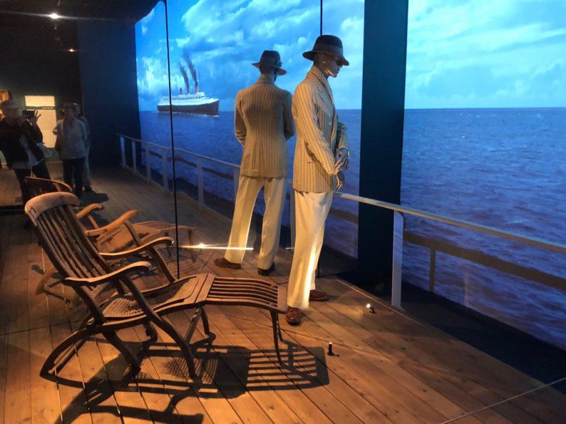 Liegestühle und Herrenanzüge in der ersten Klasse der Kreuzfahrtschiffe