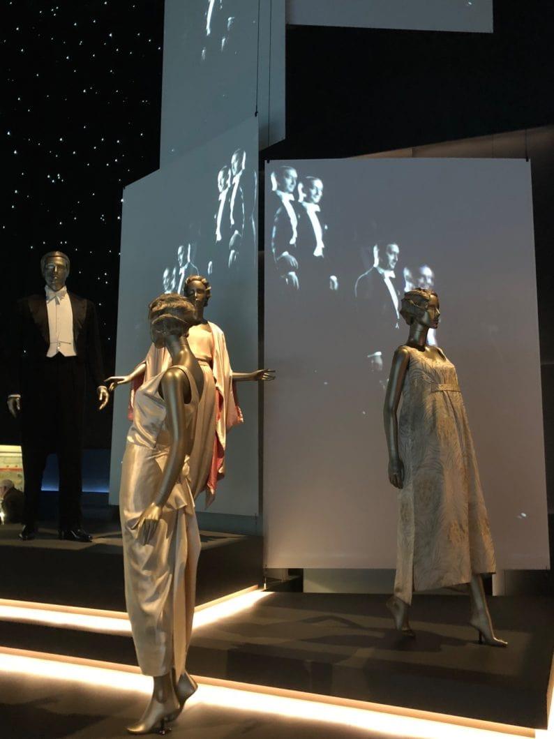 Video und Abendkleider in der Ausstellung.