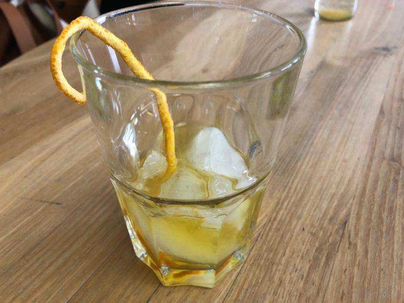 Enzianlikör auf Eis mit einer Orange