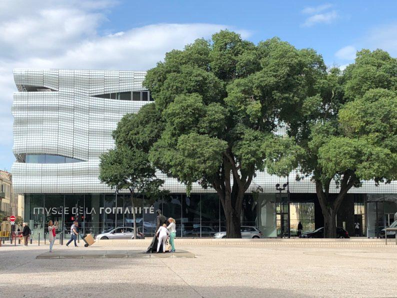 Nimes - Place des Arnes mit dem Musée de la Romanité