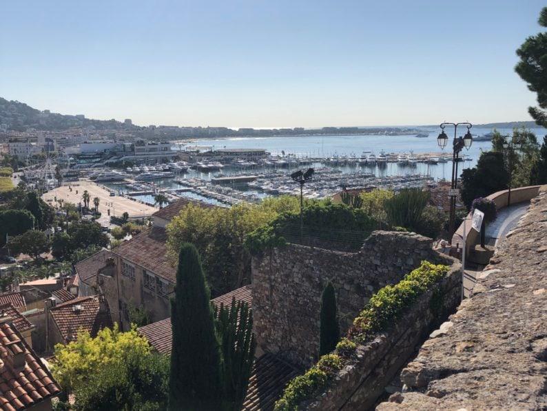 Blick auf den Hafen von Cannes von Le zückte