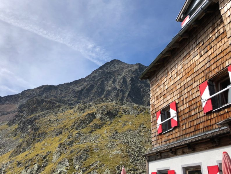 Innsbrucker Hütte - mit Blick auf Habicht