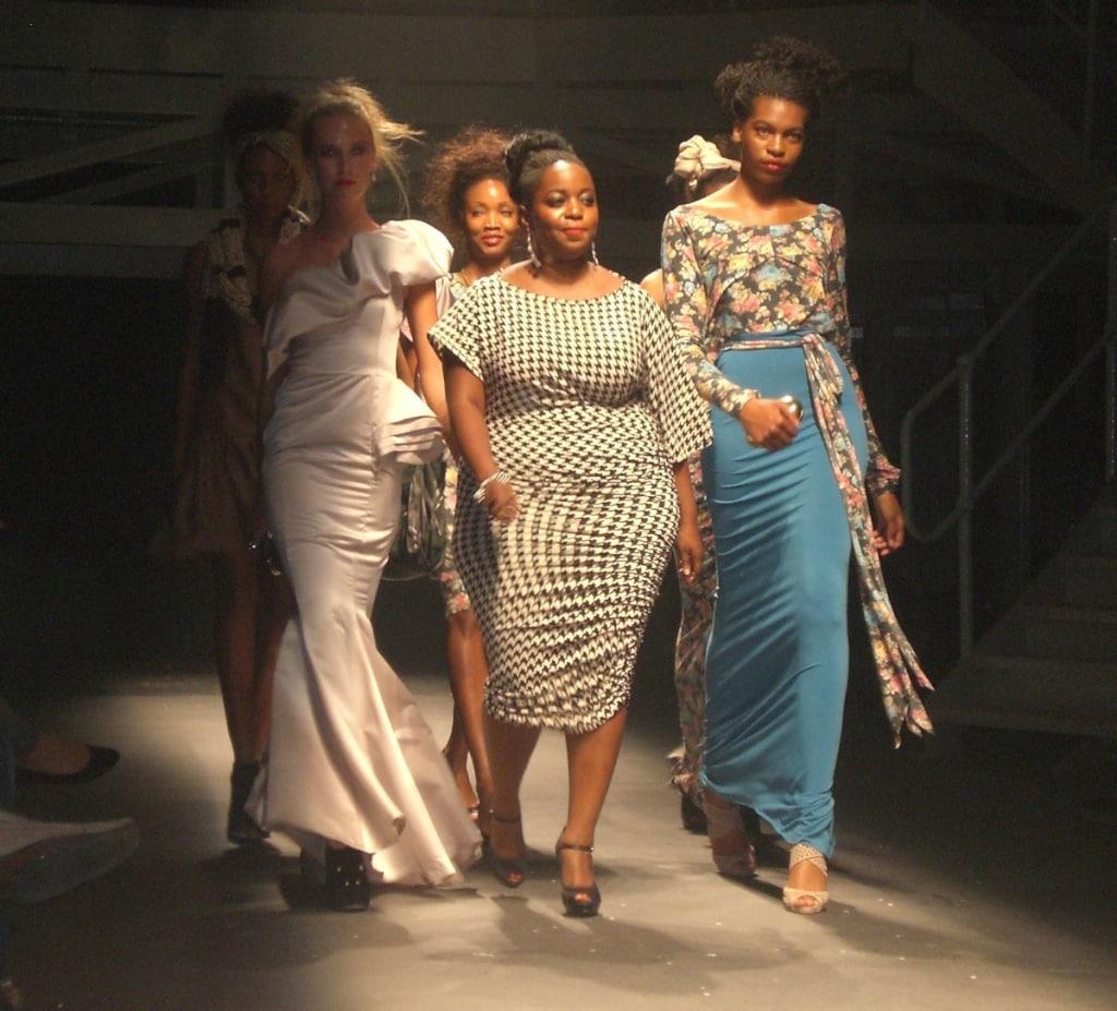 Eine sehr feminine Mode macht Anisa aus Tanzania.