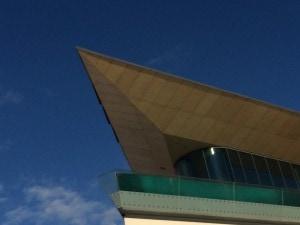 Zeitgenössische Architektur des Tauernspa - unter dem Dach liegt der Hotelspa.