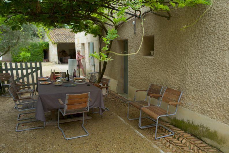 Weingut Mourgues du Gres - Picknick unter der Glyzinie