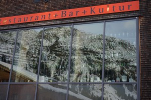 In der Glasfassade des Restaurant Fux spiegelt sich die Bergwelt von Lech.