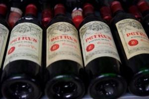 Petrus - Etiketten im Weinkeller des Fux.