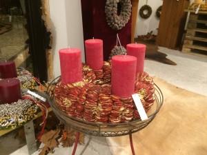 Ganz in pink ist dieser Adventskranz, der eigentliche Kranz besteht aus getrockneten Apfelscheiben.