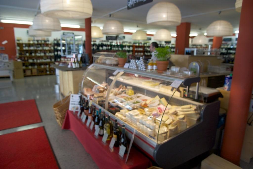 Hier kann man zwischen Schinken, Käse, frischen Nudeln und allerlei Antipasti wählen, zum Mitnehmen oder an Ort und Stelle essen.