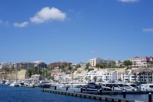 Gegenüber der Stadt liegen die eleganten Villen mit Hafenblick.